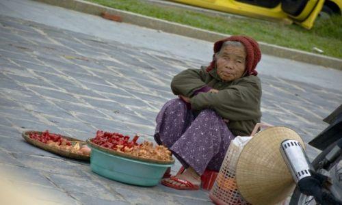 WIETNAM / Południowe Wybrzeże Centralne / Hoi An / Sprzedawczyni glinianych gwizdków