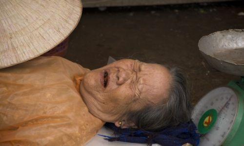 WIETNAM / Południowe Wybrzeże Centralne / Hoi An / Dzieci myjcie zęby! :) Śpiąca sprzedawczyni na targu w Hoi An