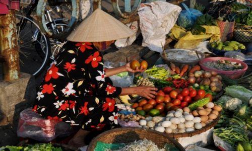 WIETNAM / środkowy Wietnam / Hue / W kamuflażu na targu
