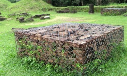 WIETNAM / Wybrzeże Południowo-Środkowe / My Son / Oryginalne cegły odzyskane z ruin budowli Czamów – My Son, Wietnam