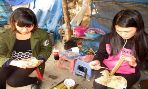 Zdjecie WIETNAM / północny Wietnam / okolice przełęczy Tram Tom / Dziewczyny wyciągają ryż z bambusa