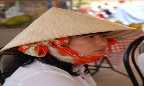 Zdjecie WIETNAM / Zatoka Ha -Long / Zatoka Ha-Long / Dziewczyna w kapeluszu
