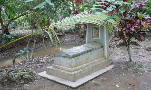 Zdjęcie WIETNAM / Delta Mekongu / wieś / cmentarz na grobli