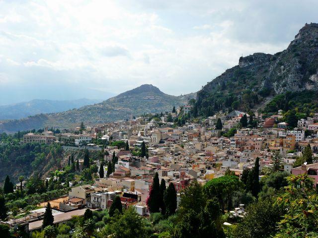 Zdjęcia: Taormina, w tle zachmurzona Etna, Sycylia, Sycylia, WłOCHY