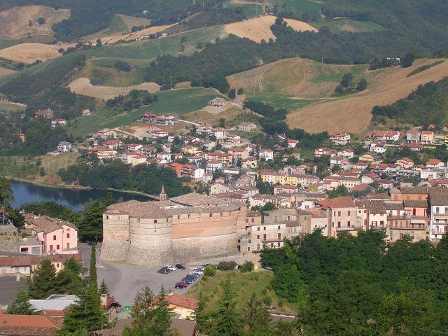 Zdjęcia: Widok na saską twierdzę usytuowaną na zakręcie drogi, Marche, Sassocorvalo (Saski zakręt)- twierdza, WłOCHY
