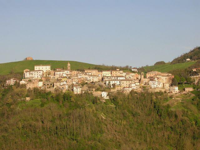 Zdjęcia: Widok na saską twierdzę usytuowaną na zakręcie drogi, Marche, Sassocorvalo, WłOCHY
