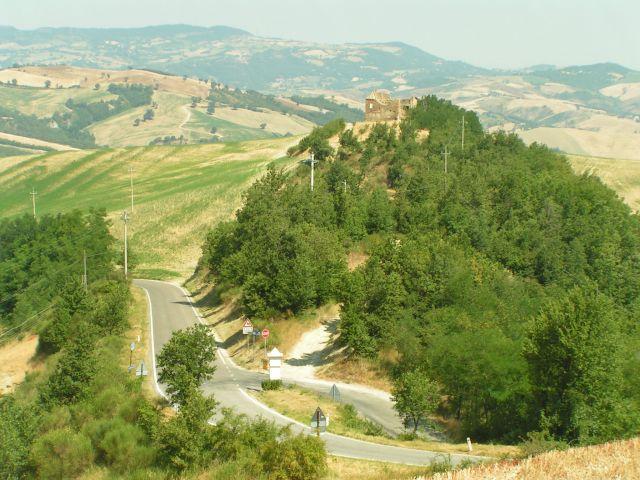Zdjęcia: Zabytkowe ruiny obronnego domostwa, Marche, Sassocorvalo, WłOCHY