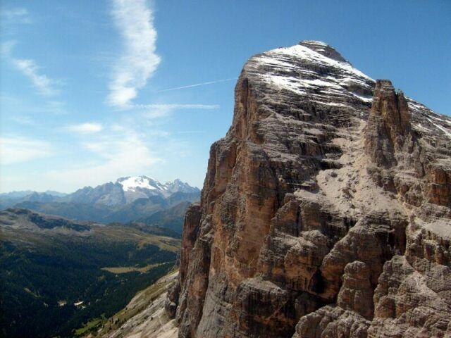 Zdjęcia: Dolomity, Tofana de Rozes w bieli w tle Marmolada., WłOCHY