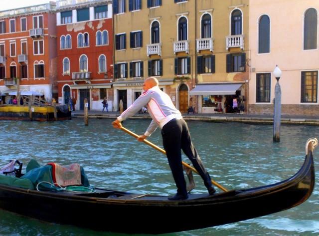 Zdjęcia: Wenecja, Wenecja Euganejska, Gondolier w stroju niegondolierskim, WłOCHY