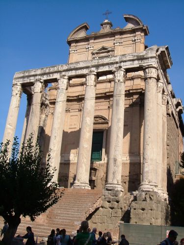 Zdjęcia: RZYM, RZYM, Kościół San Lorenzo z kolumnami po św. Antoninusa, WłOCHY