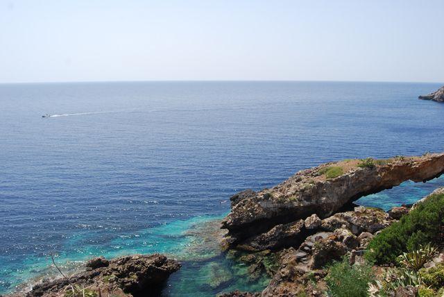 Zdjęcia: USTICA, SYCYLIA, Jedna z wielu grot wyspy, WłOCHY