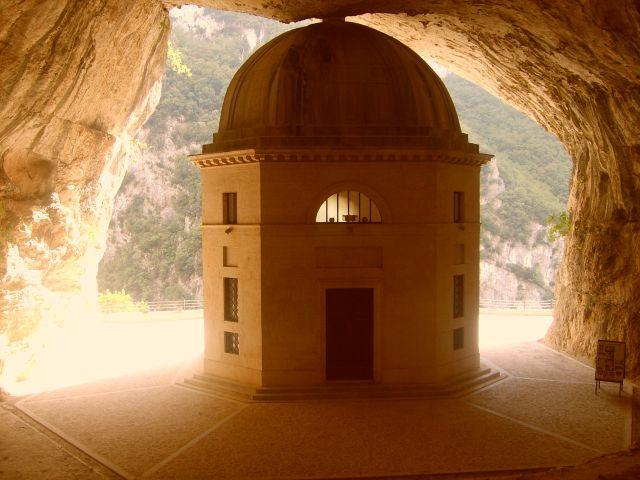 Zdjęcia: Genga, Marche, kościółek w grocie, WłOCHY