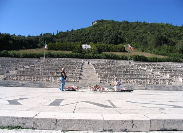 Zdjęcia: Monte Cassino (Montecasino), wzgórze we Włoszech (Apeniny Środkowe), nad doliną rzeki Liri, Apeniny Środkowe, cmentarz wojenny II Korpusu , WłOCHY