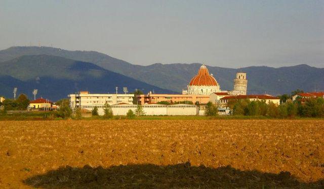 Zdjęcia: Pisa, Toskania, Krzywa wieża z innej strony, WłOCHY