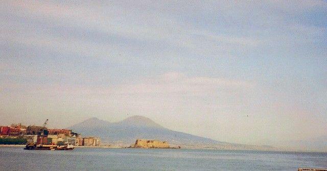 """Zdjęcia: Neapol,  zatoka Neapolitańska, """"jajko na wodzie"""" - twierdza i Wezuwiusz w tle, WłOCHY"""