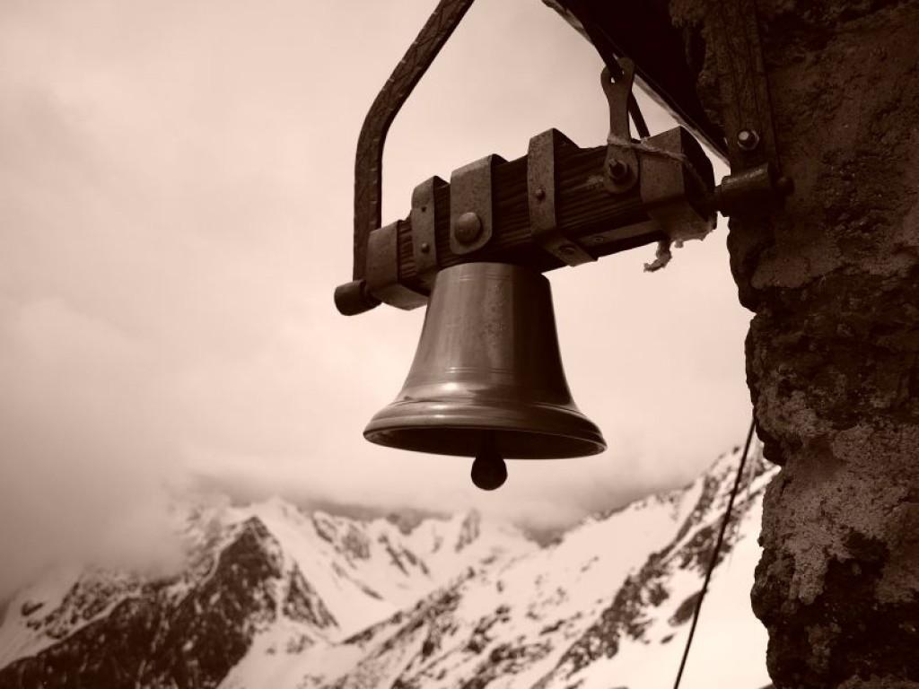 Zdjęcia: przy schronisku pod Monte Vioz, Alpy, dzwon dla zagubionych we mgle, WłOCHY