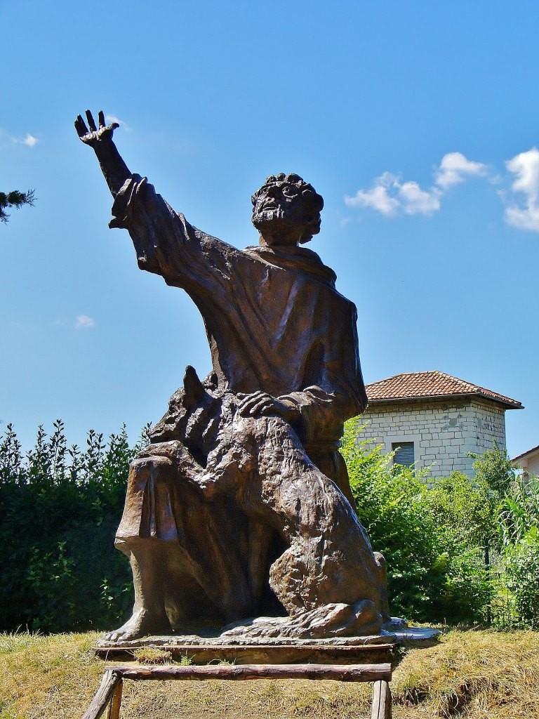 Zdjęcia: Gubbio, Umbria, Gubbio, pomnik św. Franciszka z wilkiem, WłOCHY
