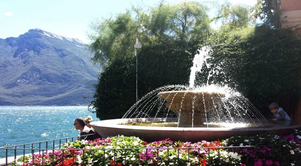 Zdjęcia: Jezioro Garda, Okolice Jeziora Garda, Fontanna i widok na jezioro., WłOCHY