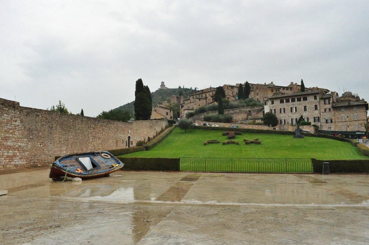 Zdjęcia: Asyż, Umbria, Asyż, plac przed bazyliką św. Franciszka, WłOCHY