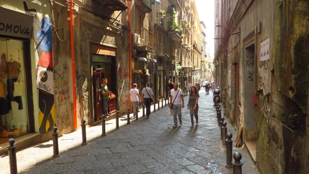 Zdjęcia: Neapol, Kampania, uliczka na starówce, WłOCHY