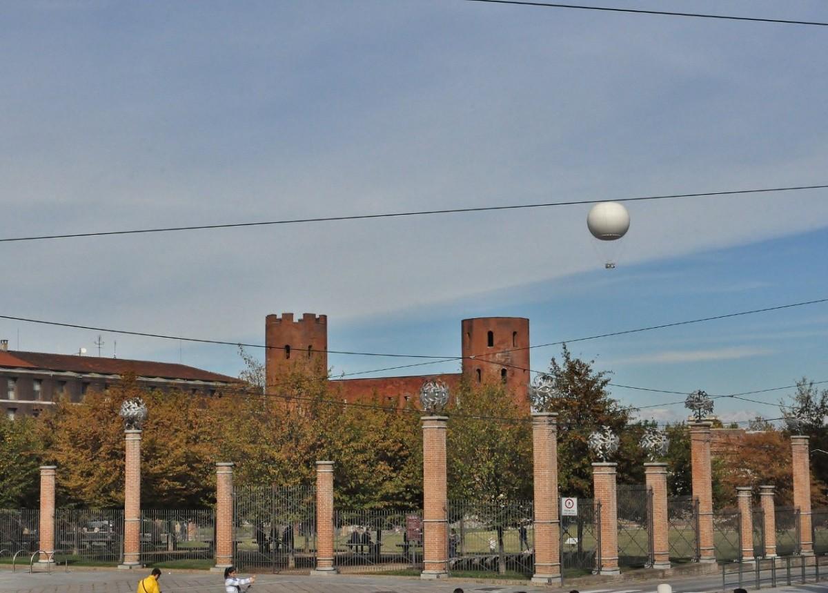 Zdjęcia: Turyn, Piemont, Turyn, rzymska brama z balonem, WłOCHY