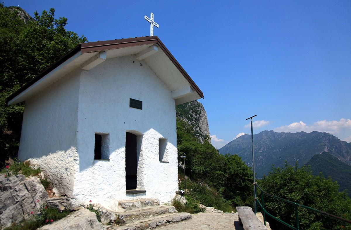 Zdjęcia: Góra San Martino (1090 m), Lecco, Kapliczka, w połowie drogi, WłOCHY