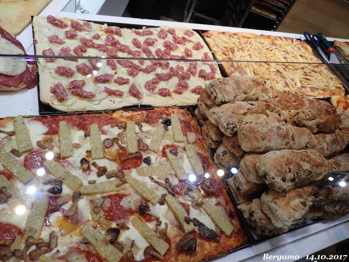 Zdjęcia: Bergamo - Citta Alta ( górne miasto), Lombardia, pizzeria - pizza z frytkami, WłOCHY