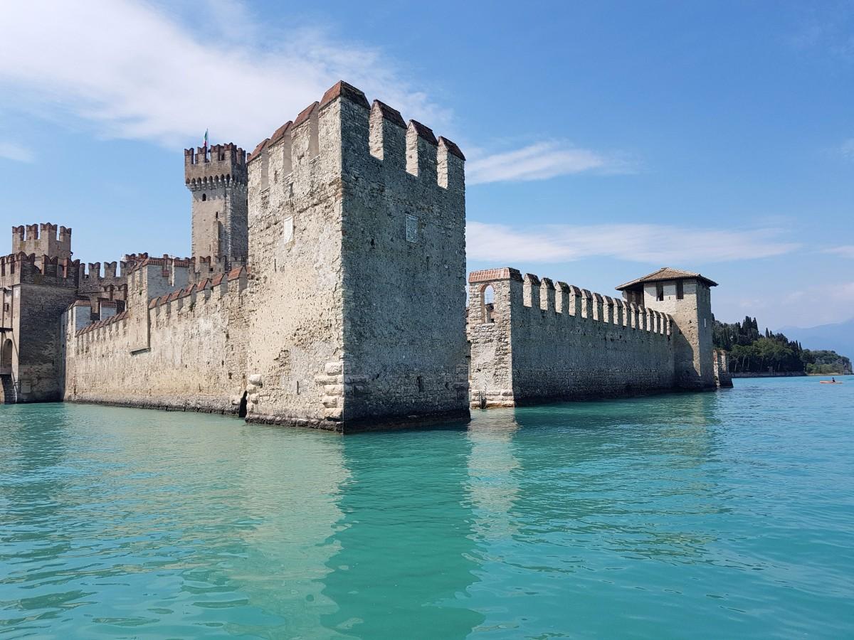 Zdjęcia: Sirmione-Il Castello scaligero, Lombardia-Lago di Garda, Zatopiony w turkusach, WłOCHY