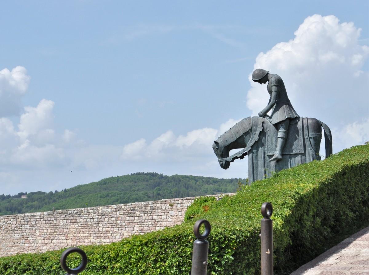 Zdjęcia: Asyż, Umbria, Asyż, pomnik młodego Franciszka, WłOCHY