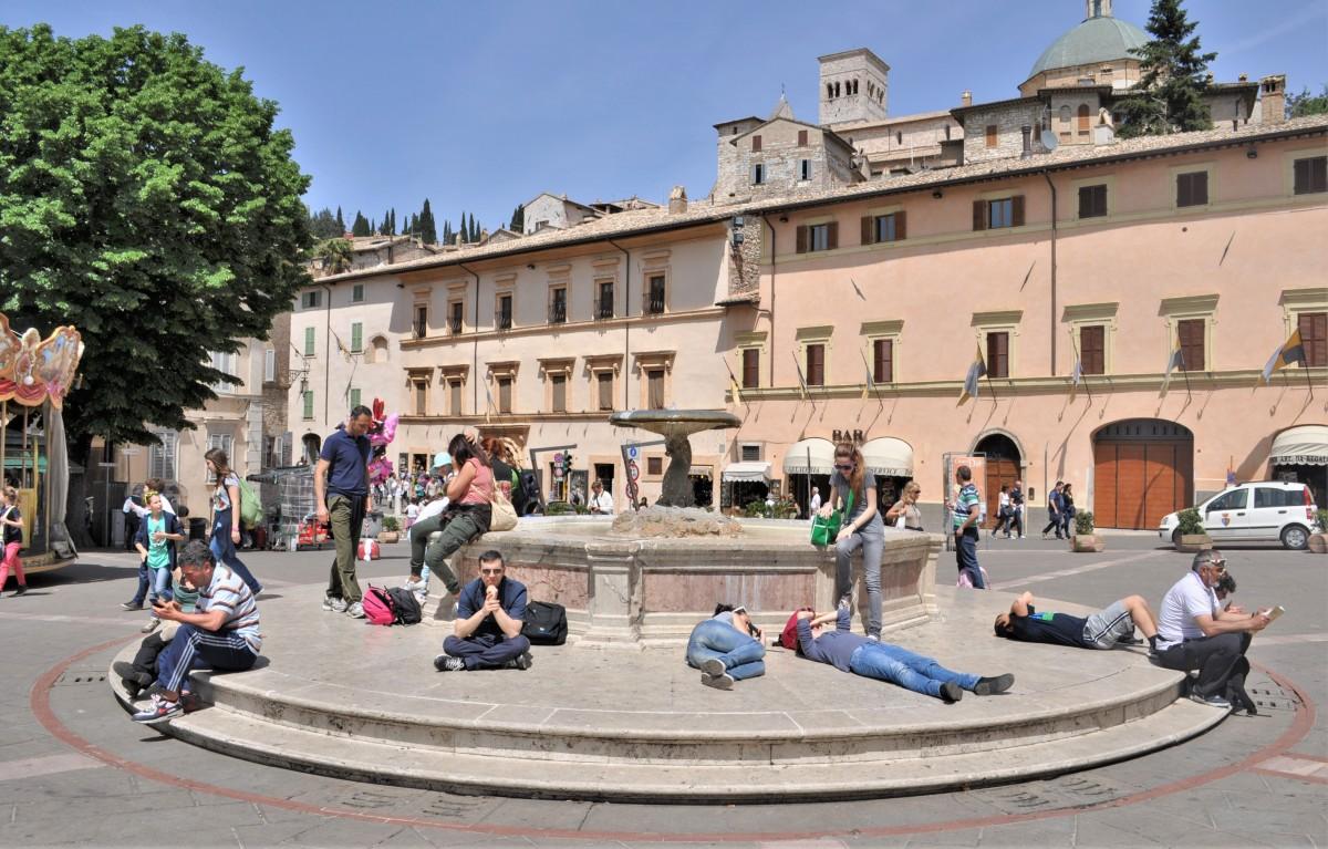 Zdjęcia: Asyż, Umbria, Asyż, plac przed bazyliką św. Klary, WłOCHY