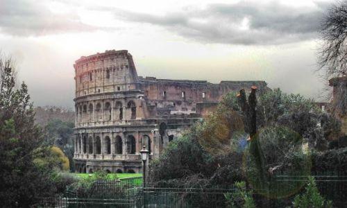 Zdjecie WłOCHY / Lazio / Rzym / Koloseum w deszczowy dzień