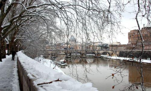 WłOCHY / Rzym / Lungotevere / Rzym pod sniegiem