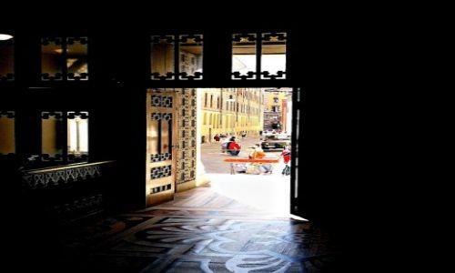 Zdjecie WłOCHY / - / Mediolan / Katedra Duomo w Mediolanie -widok na ulicę