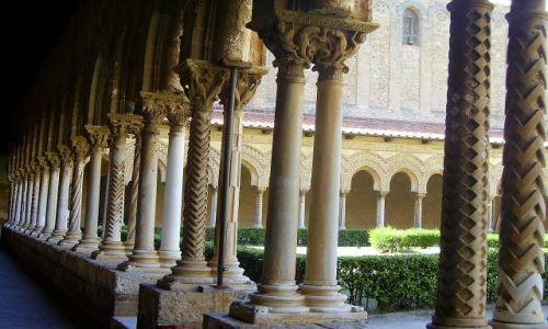 WłOCHY / Sycylia / Monreale / fragment kolumnady na kruzgankach klasztoru