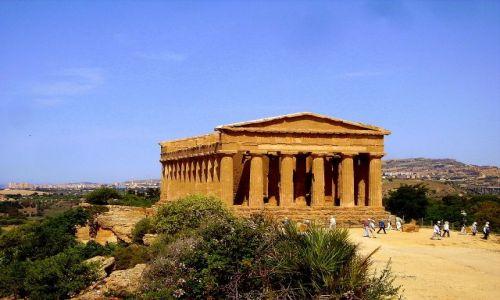 WłOCHY / Sycylia / okolice Agrigento / Świątynia Zgody na tle panoramy Agrigento