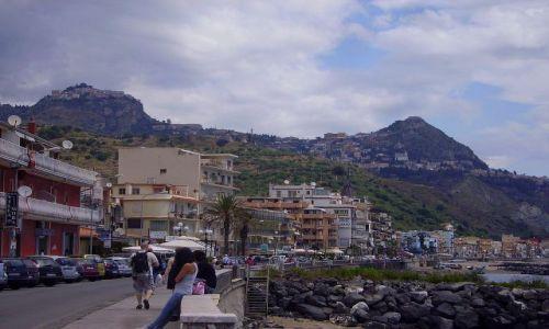 Zdjecie WłOCHY / Sycylia / Giardini Naxos / widok na Castelomola i Taorminę z Giardini Naxos