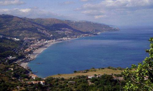 WłOCHY / Sycylia / Taormina  / panorama wybrzeża z wysokości Teatro Greco