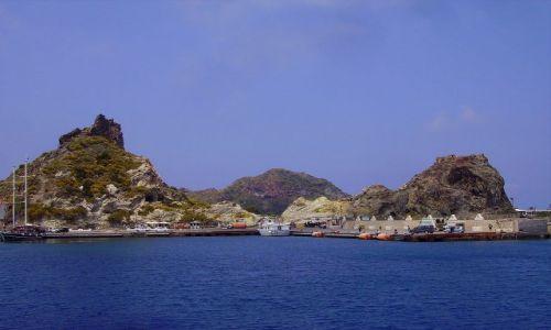 Zdjecie WłOCHY / Wyspy Liparyjskie / wyspa Vulcano / wpływamy do portu na Vulcano