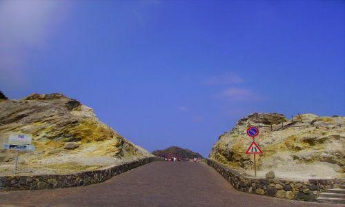 Zdjecie WłOCHY / Wyspy Liparyjskie / wyspa Vulcano / droga przez środek  dawnego  wulkanu