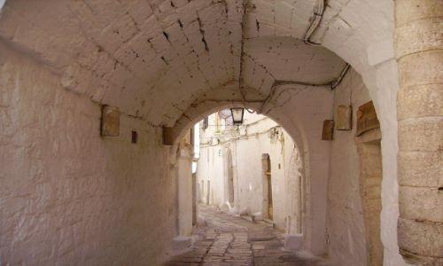 Zdjecie WłOCHY / Apulia / Ostuni / biały zaułek w Ostuni