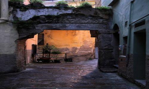 Zdjecie WłOCHY / Cinque Terre / Riomaggiore / Zaułek z bramą