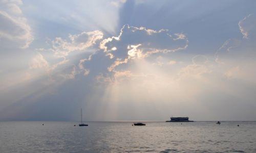 Zdjecie WłOCHY / Wenecja Euganejska / Prowincja Werona - Jezioro Garda / Rozświetlone chmury nad jeziorem Garda