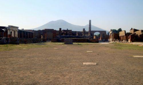 Zdjecie WłOCHY / Europa / Pompeje / Wezuwiusz z pompejańskich ruin.