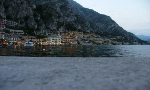 Zdjęcie WłOCHY / Lombardia / Limone sul Garda / O zmroku nad jeziorem
