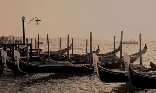 Zdjecie WłOCHY / - / Wenecja / Gondole we mgle