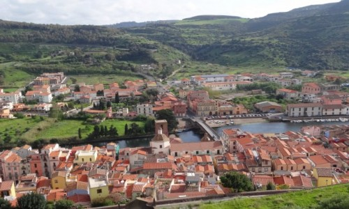 Zdj�cie W�OCHY / Sardynia / Bosa / BOSA - malownicze sardy�skie miasteczko, widok ze wzg�rza zamkowego
