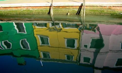 Zdjęcie WłOCHY / Wenecja Euganejska / Wyspa Burano / Burano przegląda się w wodzie