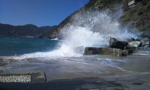 Zdjecie WłOCHY / Liguria / Cinque Terra / Uderzenie fali