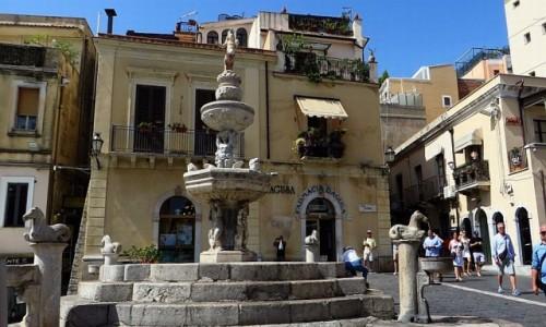 Zdjęcie WłOCHY / Sycylia / Taormina / fontanna na placu katedralnym