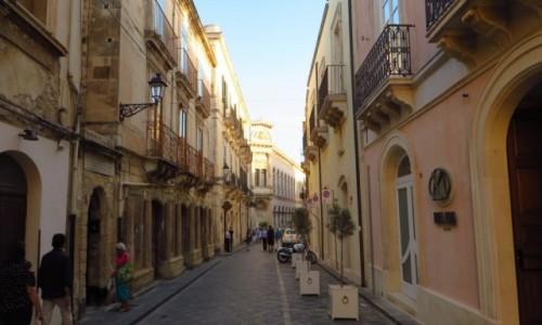 WłOCHY / Sycylia / Syrakuzy / uliczka na starówce
